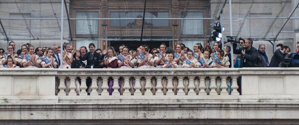 La pirotecnica María José Lora saludar al público desde el balcón/Isaac Ferrera