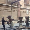 Un hombre baja una de las campanas de Ruzafa/m.g