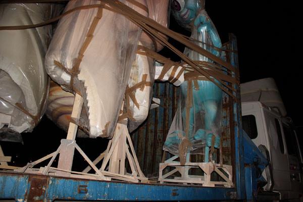 Un camión transporta piezas de una falla ya caída la noche. Foto: Javier Furió