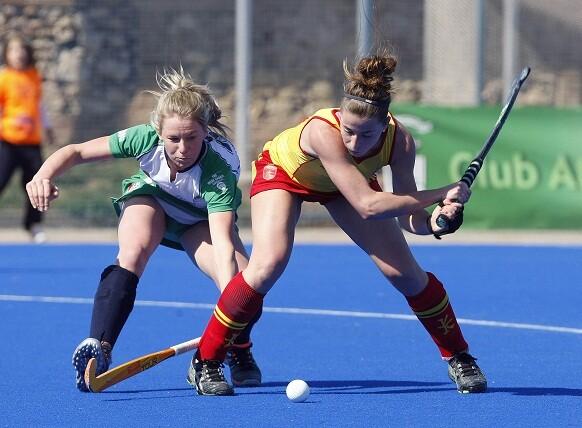 Una de las jugadoras españolas disputa la bola ante otra irlandesa/fhcv