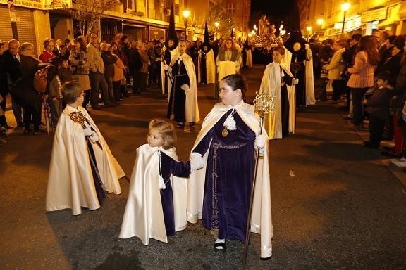 Cofrades de Jesús Nazareno en la procesión por la calle San Mauro/m.molines