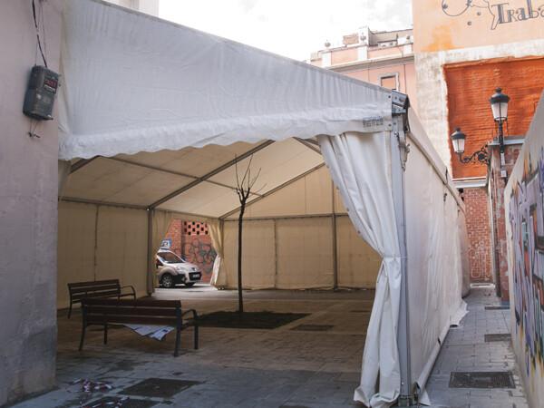 Una carpa fallera en las inmediaciones de la plaza de la Merced