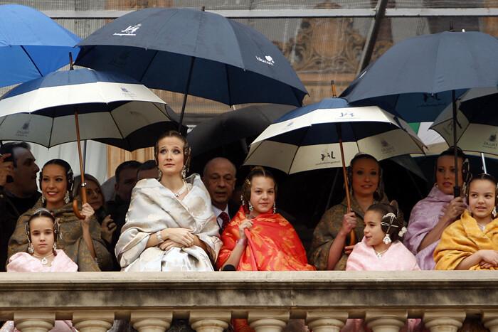El balcón del ayuntamiento, repleto de paraguas. Foto: Manuel Molines