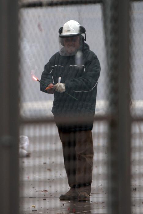 La seguridad, en un día lluvioso como el de hoy, se transforma en cuestión más que importante en la mascletà. Foto: Manuel Molines