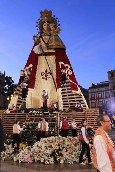 La Virgen, luciendo ya claramente ese delantal tçipicamente valenciano que ha sido este año la gran novedad. Foto: Manuel Molines