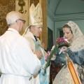 La Fallera Mayor de Valencia besa su ramo antes de ofrecérselo al arzobispo de Valencia, monseñor Carlos Osoro. Foto: Manuel Guallart