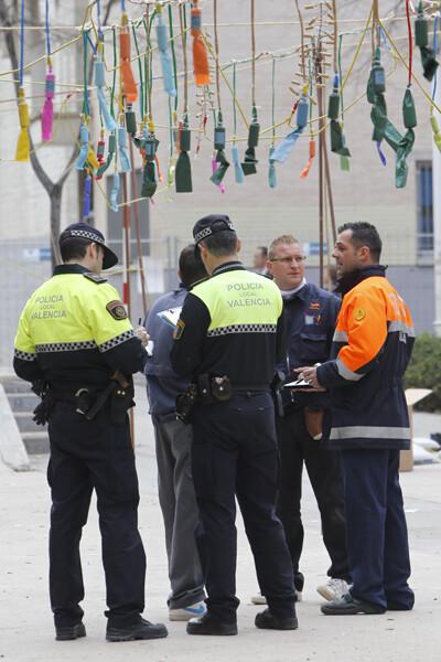 Bomberos y Policía Local inspeccionan la mascleta de la falla Plaza Segovia en la Cruz Cubierta/Manuel Molines