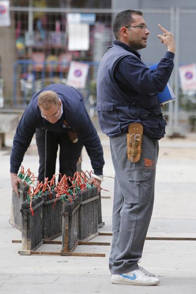Dos operarios de Turis en el montaje de la mascleta de la plaza de Segovia en la Cruz Cubierta de Valencia/Manuel Molines