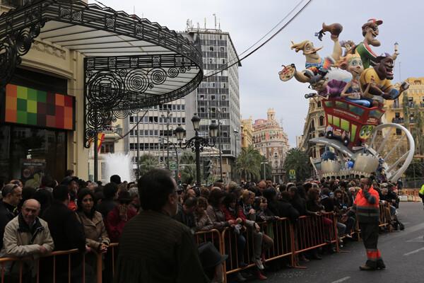 Vista del público desde la ¨calle¨de seguridad en la calle de la Sangre con la falla municipal al fondo/Manuel molines