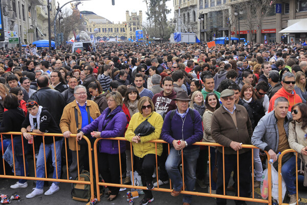 La mascletà de ayer dejó en la Plaza del Ayuntamiento un lleno difícil de superar. Foto: Manuel Molines