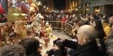 El arzobispo de Valencia, Carlos Osoro, fotografía la falla infantil donde está la figura de la Virgen de los Desamparados/alberto saiz-avan