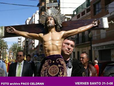 Francisco Celdrán, gestor del blog de EOS, lleva al pecho al Cristo de los Afligidos/eos