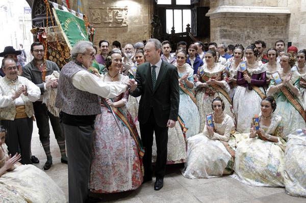 Alberto Fabra entrega el estandarte a Jesús Barrachina, presidente de Convento Jerusalén, en presencia de su Fallera Mayor 2013