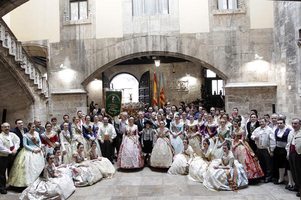 El President de la Generalitat posa con la comisión de Convento Jerusalén.