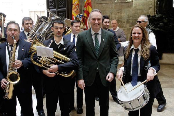 Alberto Fabra, divertido con los componentes de una banda de música.