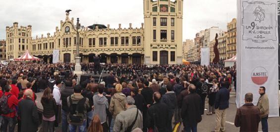 Centenares de personas han acudido a escuchar la sinfonía de la mascleta / amstel