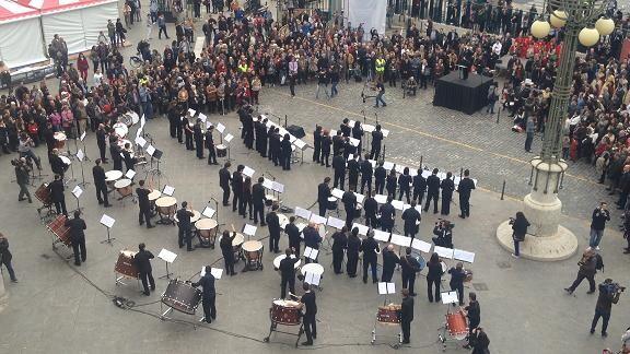 Vista aérea de los músicos interpretando la pieza musical/amstel