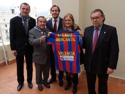 Los directivos de Levante UD entregan la camiseta a la presidenta del Ateneo Mercantil/Daniel G. Sesini