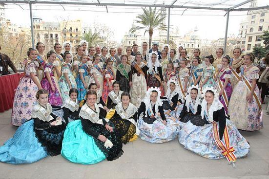 Las fiestas de toda la Comunidad se fundieron en un mismo espacio, el balcón del ayuntamiento/josep zaragoza