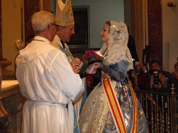 Begoña Jiménez entrega su ramo en la Basílica. Foto: Artur Part