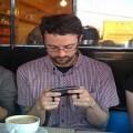 Tres personas manejan sus móviles para conocer sus datos/vlc