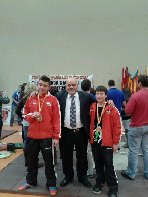 ´Tomás Oliver, campeón de España y Alejandro Sainz, tercero, con el presidente de la Federación Española de Halterofilia, Emilio Estarlik/vlc c.h.