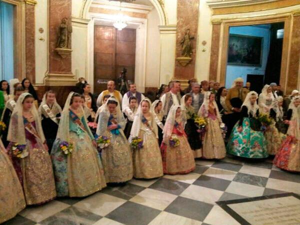 Carla González, Fallera Mayor Infantil de Valencia y su Corte de Honor en la Basílica. Foto: Artur Part