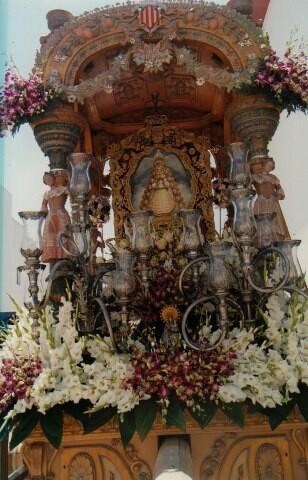 La Carreta con el Simpecado donde figuran los escudos de Valencia y la Virgen de los Desamparados/hdad. rocío
