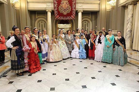 Las reinas de las casas y centros regionales en la recepción del año pasado/ayto valencia