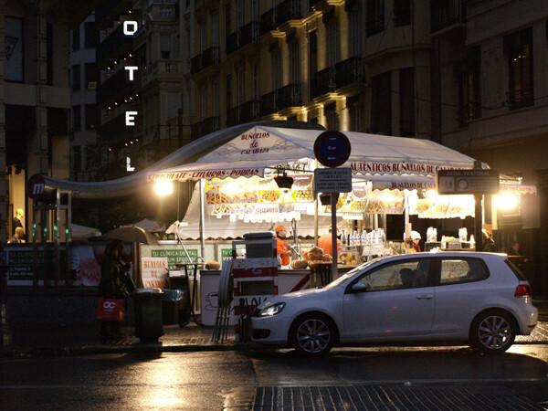 Un coche circula por delante de una de las churrerías de calle. Foto: Manuel Molines