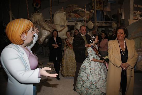 Un ninot de Angela Merkel mira a Barberá durante la visita al taller de Algarra/ayto vlc
