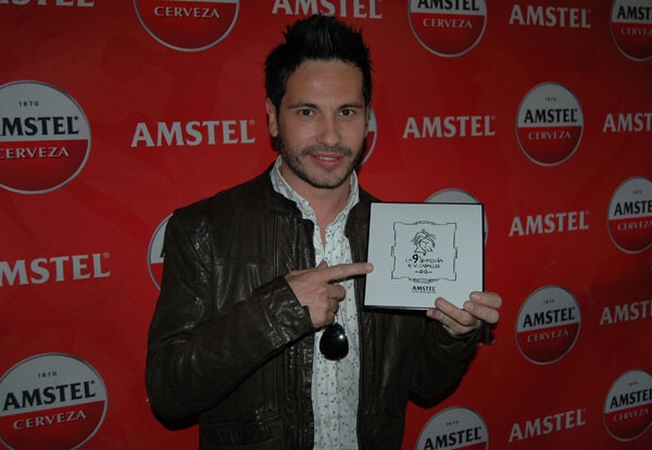 David de María muestra el CD de la 9ª Sinfonía de Caballer por Amstel