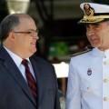 A la izquierda, Fernando de Rosa charla con un militar de la Armada/cgpj