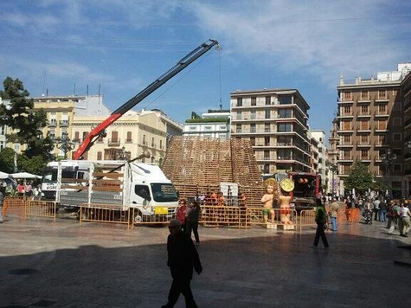 Un momento del desmontaje de la estructura del catafalco de la Ofrenda de Flores/vlcciudad