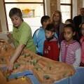 Una monitora explica a los niños unos detalles de la maqueta ante la mirada de la concejala de Medio Ambiente/ayto vlc