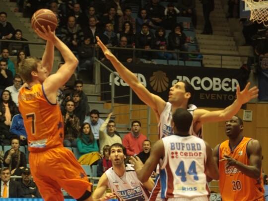 El americano lidera la victoria para el Valencia Basket en Santiago/ACB Photo. J. Marques
