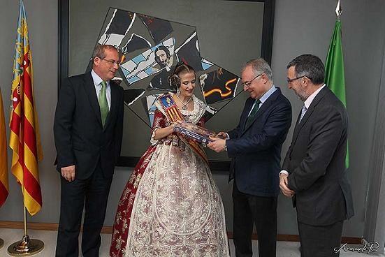 La Fallera Mayor Infantil entrega el libro oficial al delegado de Iberdrola/Armaro Romero