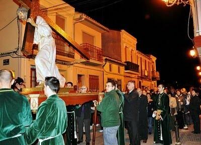 El paso de Jesús con la Cruz a hombros de sus cofrades en la noche del MIércoles Santo en el Cabanyal/eos