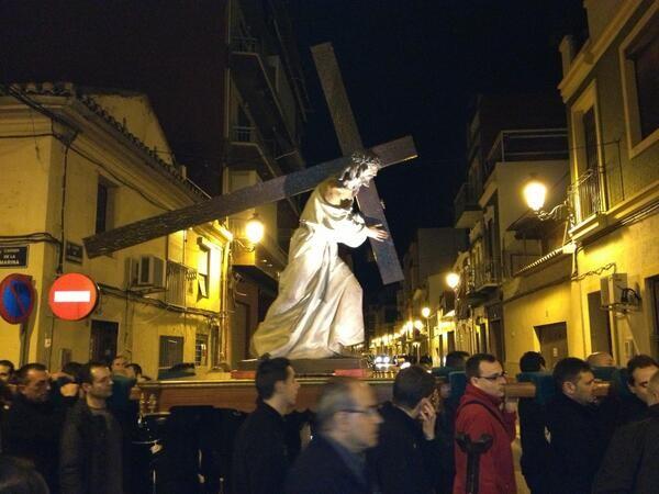 Un grupo de cofrades porta a Jesús con la Cruz en la noche del Miércoles Santo del Cabanyal/vlcciudad