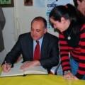 Joan Calabuig firma en el libro de oro de los granaderos del Grao/granaderosgrao