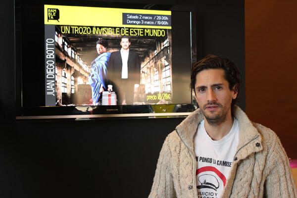 """Juan Diego Botto, junto al cartel de """"Un trozo invisible de este mundo"""" en La Rambleta. Foto: Javier Furió"""