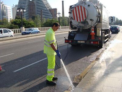 Un operario limpia un puente/ayto vlc