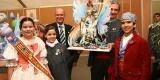 José Luis Llorens porta el ninot que se salvó de las llamas/vlcciudad