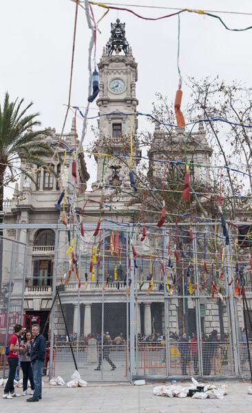 El ayuntamiento visto desde el recinto de disparo de las mascletaes/Isaac Ferrera