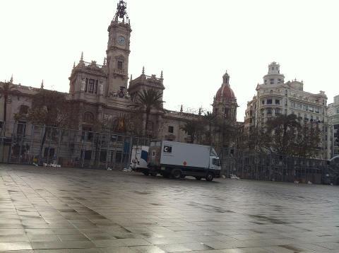 Vicente Caballer dispara a la una de la madrugada el castillo y ya tiene los camiones en la plaza para el disparo de mañana/pirofan