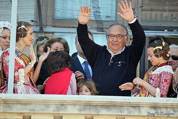 Vicente Caballer saluda al público desde el balcón/josep zaragoza