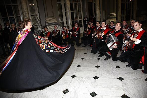 La alcaldesa Rita Barberá baila al son de una canción de la Tuna de Derecho en el salón de Cristal/Ayto Valencia