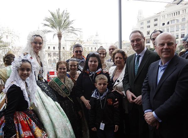 El president de la Generalitat, Alberto Fabra, en el balcón con las Falleras Mayores de Valencia, la Bellea del Foc, la alcaldesa y el piroténico/ayto valencia