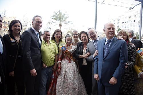Fabra felicitó a la pirotecnica de Burriana en el balcón donde estuvo con la alcaldesa, consellers y otras autoridades/ayto vlc