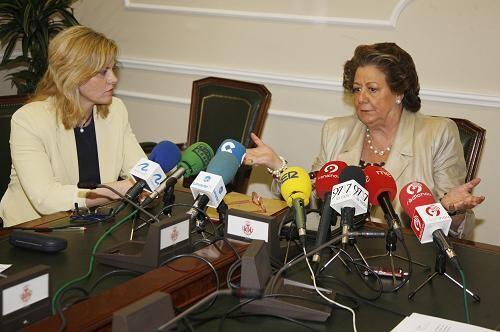 La concejala Ana Albert con la alcaldesa Rita Barberá/ayto vlc